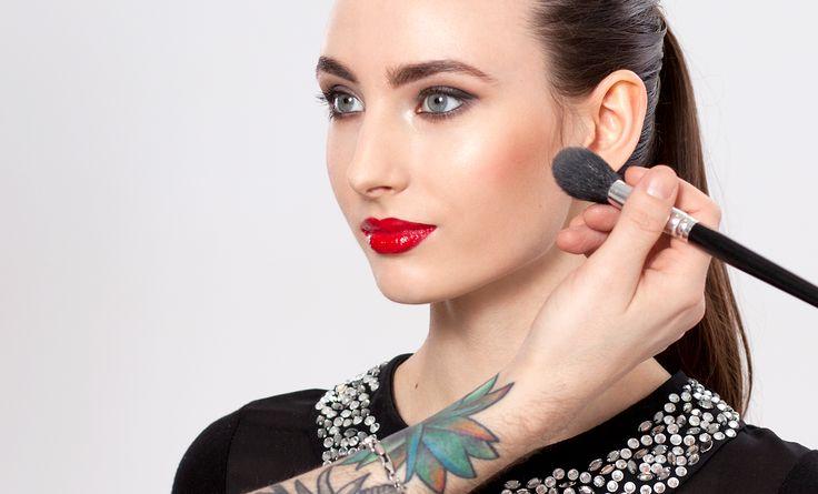 Czerwone usta są synonimem kobiecości i elegancji. Jednak pokrycie warg tak intensywnym kolorem nie należy do najłatwiejszych urodowych wyzwań. Jak perfekcyjnie pomalować usta? Zobacz nasz instruktaż!