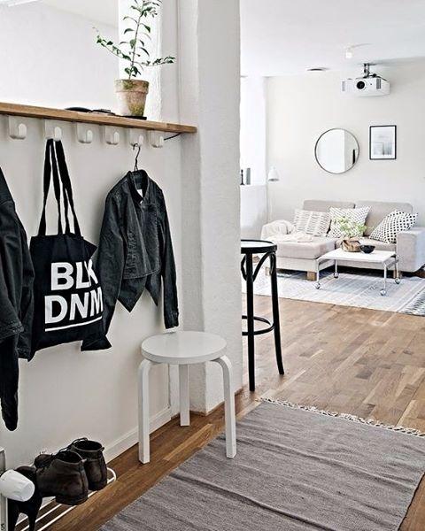 Bom dia! Soluções úteis e lindas logo na entrada da casa: ganchos para pendurar casacos e bolsas, uma prateleira para os sapatos e um banquinho de apoio. #revistacasaclaudia #decor #decoration #decoração #home #house #casa #idea #ideia #hall