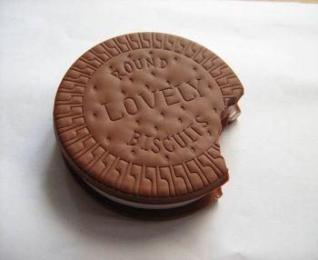 Bu çikolatalı bisküvi not derfteri ile hayatınızın en önemli tatlı anlarınızı not edebilirsiniz. Hatta büyük ihtimalle içini hep saklamak isteyeceğiniz notlarla doldurmak isteyecek, kullanmaya hiç kıyamayacaksınız.  http://www.superyaa.com/U4187,255,biscuit-notebook-biskuvi-not-defteri-dogum-gunu-hediyeleri-superyaa.htm  Bisküviye not tutulmaz fakat bisküvi defter size bu konuda yardımcı olacak. İlk görüşte kenarı ısırılmış kocaman bir çikolata gibi görünse de aslında bir defter.