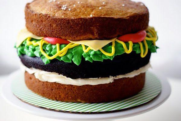 je suis partie en quête d'une recette gourmande à partager avec vous. J'ai trouvé mon bonheur sur le blog de la New-yorkaise Eula ,  je vous propose de découvrir sa recette de burger version cake.