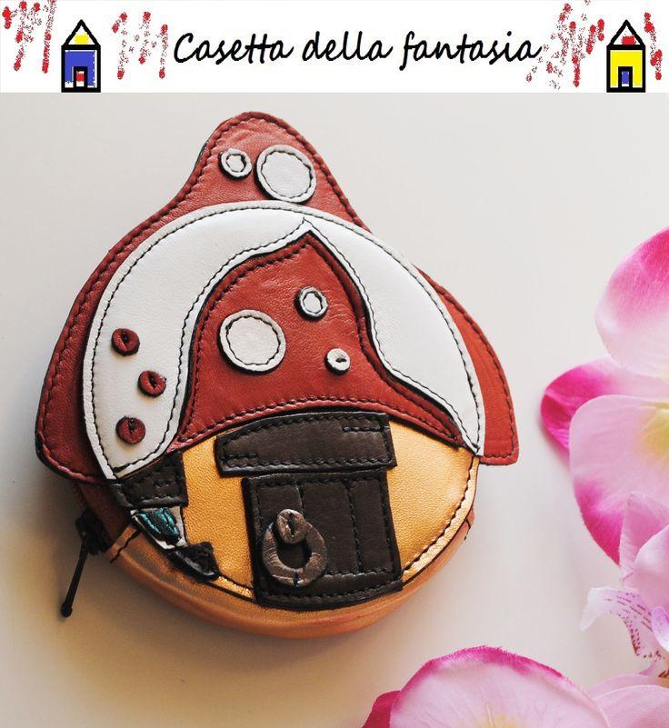 Borsellino Casetta Funghetto di vera pelle. Info qui: http://www.misshobby.com/it/negozi/casetta-della-fantasia