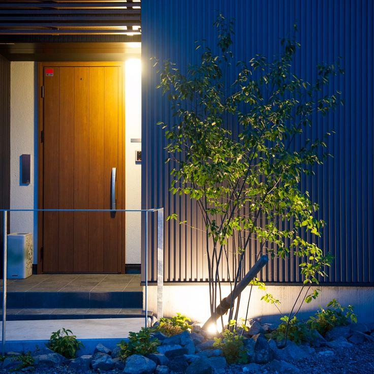 帰りたくなる家。 写真2枚目、ドアを開けたら中庭が見える #グランハウス #設計事務所#愛知岐阜#岐阜市#かっこいい外観 #玄関#玄関ドア#中庭#ジエスタ#ヴェナート #外構#植栽#外観#かっこいい家#おしゃれな外観 #かっこいい家