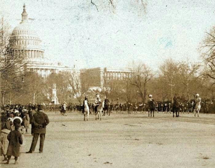 3 de marzo de 1905 en washington,en frente de la casa blanca,desfile en el que se encuentra el gran GERONIMO,tercero por la derecha,  feliz y hermosa noche os desamos a todos los miembros de la tribu de LA ULTIMA GRAN RESERVA