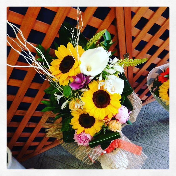 composizione di fiori con girasoli, peonie e calle www.fioreriasarmeola.com