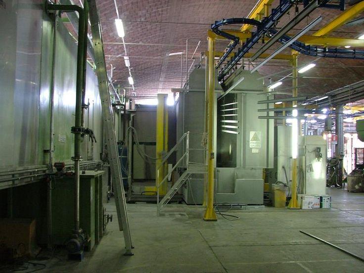 Catena di trasporto a doppia rotaia e cabina di verniciatura a spruzzo in impianto automatizzato per la verniciatura a polveri di mobili metallici da ufficio