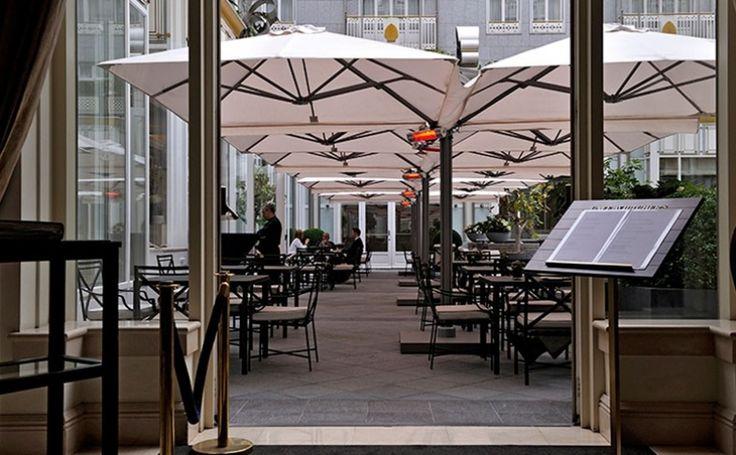 Largo Der Largo ist ein Freiarm-Sonnenschirm mit exklusiver Ausstrahlung, besonders geeignet für die gehobene Gastronomie. Elegantes Design, Haltbarkeit, Platzersparnis, einfache Bedienung - Das sind nur einige Merkmale dieses besonderen Sonnenschirms.  Mehr Info's auf www.solero-sonnenschirme.at  Solero Sonnenschirme_Sonnenschirm_Sonnenschirme_Gartenschirm_Gartenschirme_Gastroschirm, Gastroschirme,largo_Windstabil_Schirmständer_