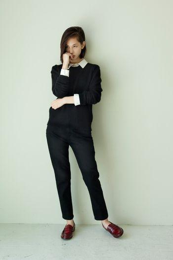 白シャツとニットの重ね着はオフィスカジュアルにもおすすめの着こなしです。 クリーンな印象を与える、ゆるすぎないサイズ感のニットを選ぶのがコツです。