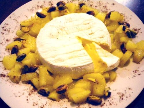 Camembert con peras caramelizadas y pistachos