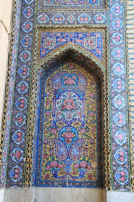 IMG_9437   Вот мечеть конца 19 века. Называется Розовой, так как в декоре  плитки розовые розы, хотя традиционного голубого цвета и не меньше. В итоге оптическое смешение розового и голубого на расстоянии даёт скорее общий сиреневый тон.