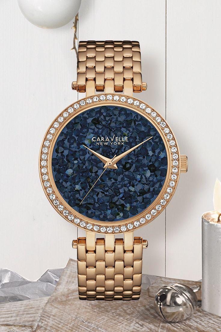 """Damen-Armbanduhr """"Crystal Rock"""" von Caravelle. Tick, tack: Die Zeit bis Weihnachten läuft und läuft …  Allen, die noch ein besonderes Geschenk suchen, empfehlen  wir dieses roségoldfarbene Schmuckstück mit blauen und  weißen Swarovski-Kristallen – ein zeitlos eleganter Hingucker,  mit dem ihr eure Liebste zum Strahlen bringt!"""