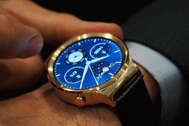 MWC 2015 開幕を翌日に控えた3月1日(現地時間)、Huaweiは同社初のAndroid Wearスマートウォッチ『Huawei Watch』を発表しました。ステンレス筐体に丸い文字盤とプレミアム感のあるデザインを採用します。国内発売も予定します。