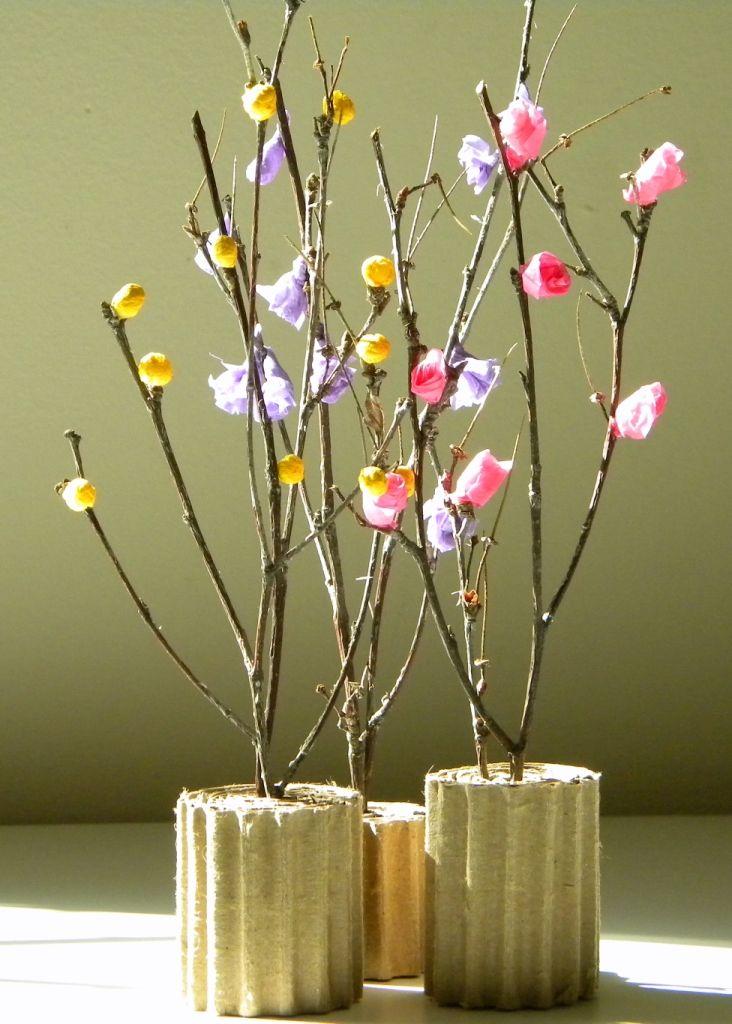 Ramas de árbol con flores de papel seda