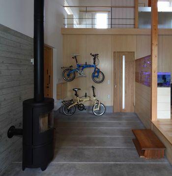 寒冷地では、土間に暖炉を置く楽しみ方というのもあります。広さが十分にあるなら、その横に薪をたくさん積むと、おしゃれなインテリアにもなります。 言うまでもなく、自転車も雪に埋もれることなく管理でき、又、出し入れもしやすいので、自転車=ガレージではなく、土間に置くことによってディスプレイの一部になるという利点も。