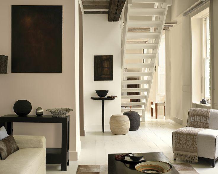 Pensez aux teintes naturelles et profondes pour un salon contemporain. De l'ébène au lin clair, les diverses couches de teintes naturelles sur les murs, les sols et les meubles donnent de la profondeur à cet espace d'inspiration africaine.