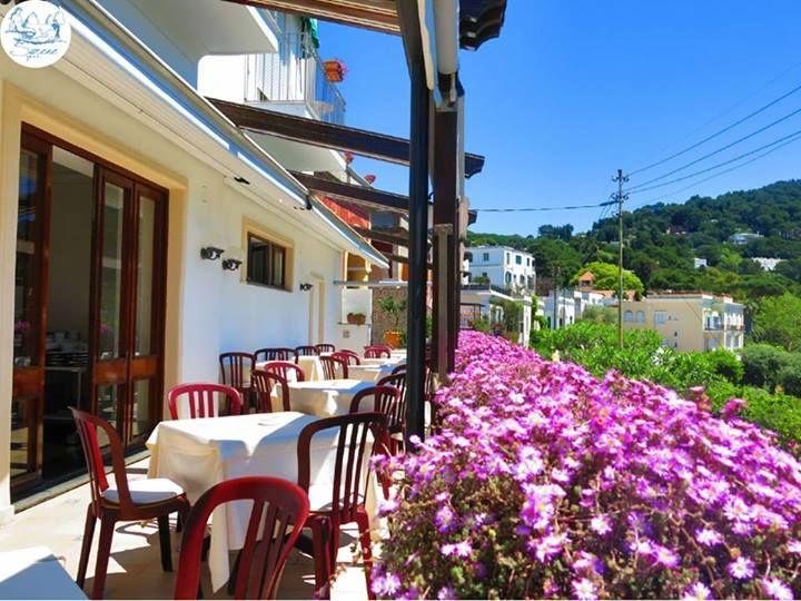 Al BEST WESTERN Hotel Syrene di #Capri si fa #colazione in giardino :) #Fiori 