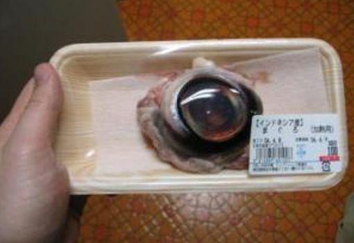 El Atún es conocido por todos y nos encanta en ensaladas y platillos pero comer el ojo de atún… Pues ellos lo comen, se pueden encontrar empacados los puros ojos del pez.