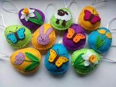 Dusi ustvarja: Easter decoration part 2 / daffodils.  These felt eggs are delightful. From a Slavic site.