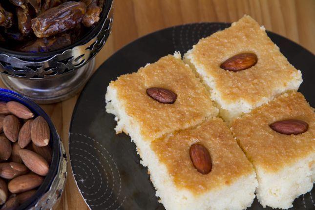 La Basboussa est un gâteau de semoule populaire au Moyen-Orient ainsi qu'aux pays de la Méditerranée.C'est un gâteau qui est imbibé d'un sirop à base de sucre parfumé à l'eau de fleur d'oranger.