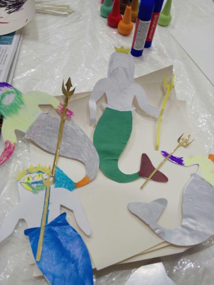 Посейдон/Нептун. Создавая этот персонаж, я опиралась на основные физические составляющие его образа: наличие рыбьего хвоста, длинных седых волос и бороды; а также на материальные объекты-объекты власти: корона и тризубец. P.S. Каждый из детей, естественно, сделал его по-своему. Кто выдумал разноцветную прическу, кто ободок из корон, кто нарисовал хмурые брови и зубастый рот, а кто-то  из девчонок с большим желанием создавал русалку.