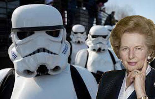 «May the fourth be with you, Maggie»  Si hoy fuera 1979, los compañeros del Partido Conservador de Margaret Thatcher la habrían felicitado al asumir su puesto de Primer Ministra con la emblemática frase de Star Wars «Que la fuerza te acompañe», pero cambiando la palabra «force» (fuerza) por «fourth» (cuarto), haciendo referencia a la fecha de ese día. La felicitación fue publicada en The London evening news.  Hoy es día de Star Wars.