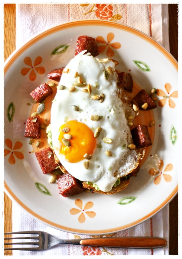 Pane tostato con avocado, uova e chorizo – Avocado and egg on toast with chorizo