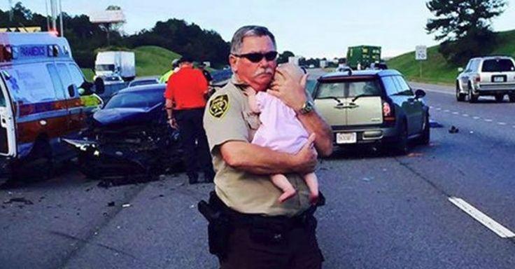 Ric Lindley (60), ein Polizist aus Birmingham (US-Bundesstaat Alabama) war gerade mit seinem Kollegen auf Streife, als sie auf einen Verkehrsunfalls aufmerksam wurden. Ein Sattelzug, ein Krankenwagen und drei Autos waren zusammengekracht. Die beiden Polizisten leisteten sofort Erste Hilfe. Am Unfallort sahen die beiden eine unverletzte Frau mit ihrem Baby im Arm. Die vom Unfall verstörte Frau war offensichtlich unverletzt. Um ihr zu Helfen fragte Lindley ob er das Baby halten solle.