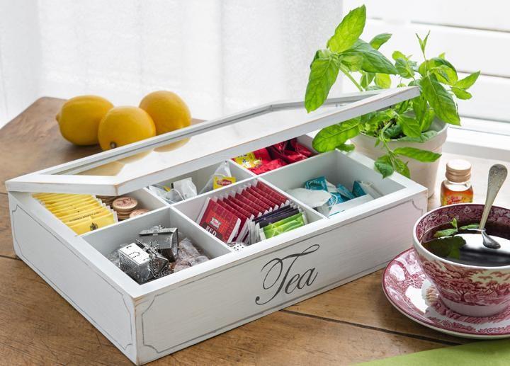 Utgå från en tavelram från Ikea och bygg en låda. Fyll den med tepåsar i  olika smaker, eller varför inte kryddor, pysselprylar, smycken eller  hårsnoddar.