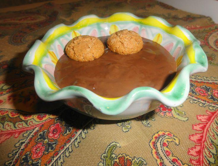 Cioccolata calda densa in tazza con amaretti