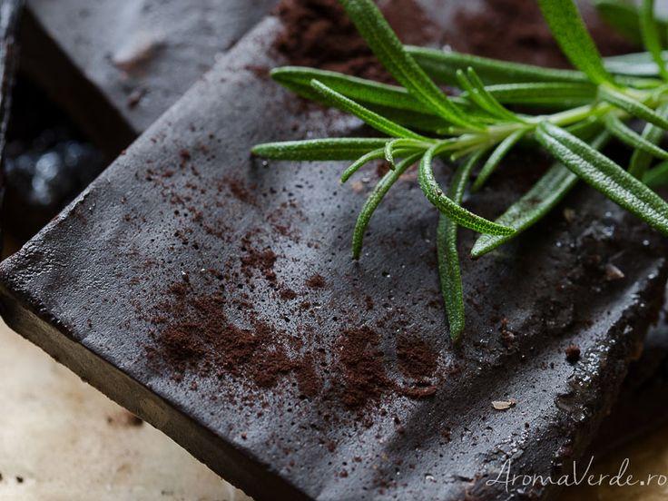 Ciocolată vegană cu rozmarin și migdale. Rețetă inspirată de produsele Avena care au în compoziție extrase naturale și nu sunt testate pe animale.