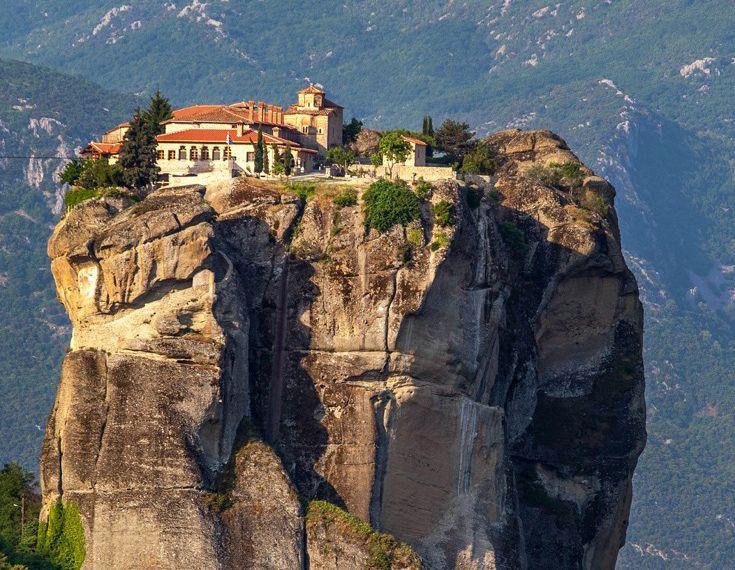 Μετά το 1350 περίπου η ανάβαση στο μοναστήρι γινόταν με ξύλινες σκάλες με τους…