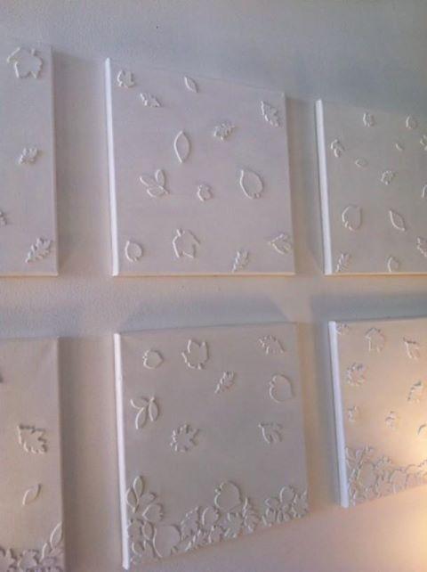 Beplak een aantal kleine canvasdoeken met foam-stickers. Schilder ze vervolgens in één kleur en er ontstaat een origineel schilderij!