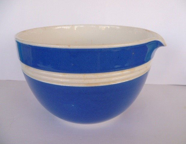 FOWLER WARE LARGE BLUE & WHITE MIXING BOWL WITH POURING LIP.