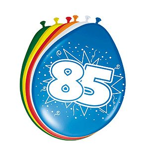 Gekleurde ballonnen 85 jaar. Deze gekleurde ballonnen hebben een opdruk met het cijfer 85 en zijn verpakt per 8 stuks. Formaat: 30 cm.