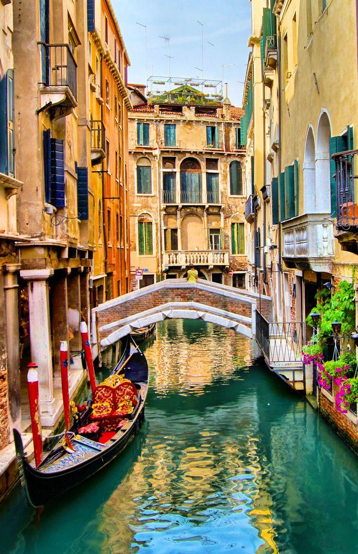 Vista panorámica de la góndola en un canal, Venecia, Italia