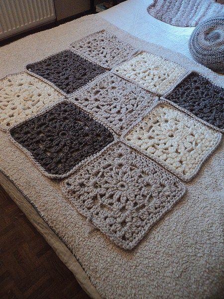 36 best images about crochet decoration plaids coussins tapis modeles gratuits on. Black Bedroom Furniture Sets. Home Design Ideas