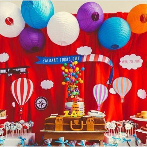 Festa linda de Balões, adorei! Colorido lindo e o bolo cheio de balões também ficou demais! Fonte @babyandbreakfast  #kikidsparty #kikidsbalao #festabalao #hotairballoonparty