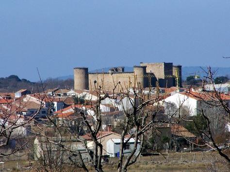 El castillo de Valdecorneja, en el Barco de Ávila. Dominando el río Tormes y el puente, es el punto más elevado del valle. Construido sobre un castro vetón que fue destruido por los romanos. De perímetro cuadrado, tiene una superficie de unos 1.700 m2. A mediados del s XIX quedó habilitado como cementerio municipal, entonces se deteriora mucho, al abrirse grandes huecos en sus muros. Actualmente es propiedad de la Casa de Alba. Está restaurado y en él secelebran actos culturales.