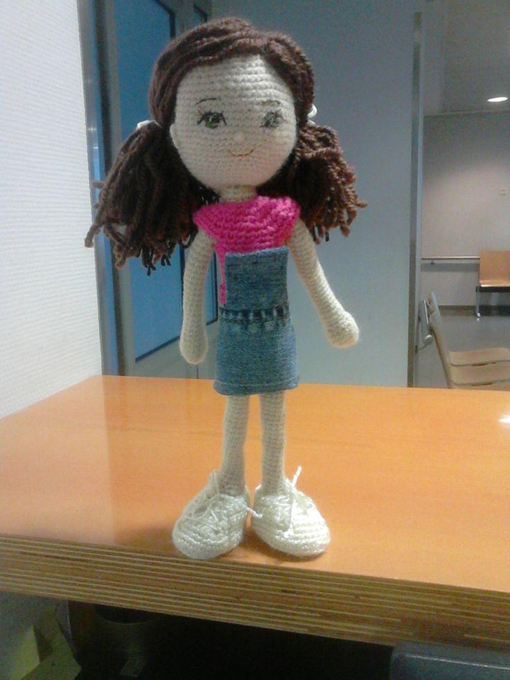 En construcción. Amigurumi muñeca en ganchillo con falda-peto  vaquera