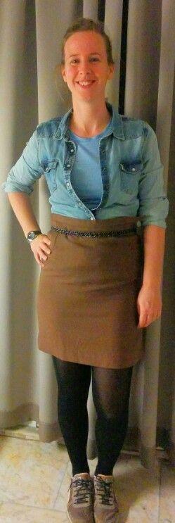 Toffe rokje is nog van haar moeder geweest. Hoe combineer je dit nu trendy. Spijkerblouse maakt het van nu en blauwe shirt staat mooi bij jeans kleur. Dit houdt de bovenkant rustig qua kleur zodat er niet te veel horizontale vlakken ontstaan en jeanne niet kleiner lijkt.
