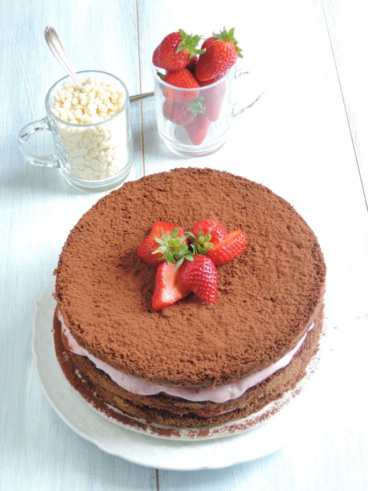 Torta al cacao con crema di fragole e cioccolato bianco. Tanti auguri a tutti! http://gourmandia-chef.blogspot.it/2014/05/torta-al-cacao-fragole-e-cioccolato.html
