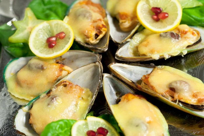 Baked mussels with pesto, almonds and cheese ...