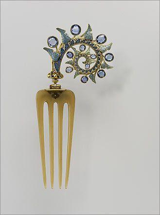 Peine el cabello con hojas de hiedra, 1902-1903. René Lalique (francés, 1860-1945). Oro, esmalte, zafiro, y el cuerno