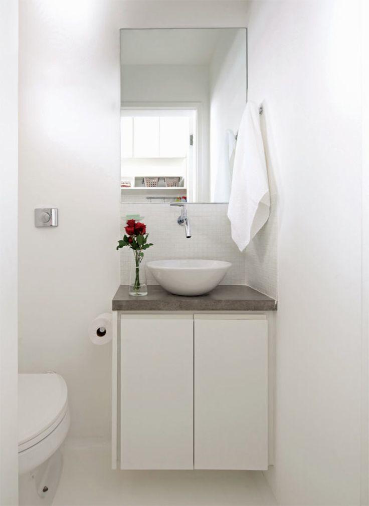 Para a área de 1,20 m² foi desenhada uma bancada minúscula (60 x 30 x 90 cm*). O espelho sem moldura e a cuba de apoio ajudam a garantir o ar de leveza.