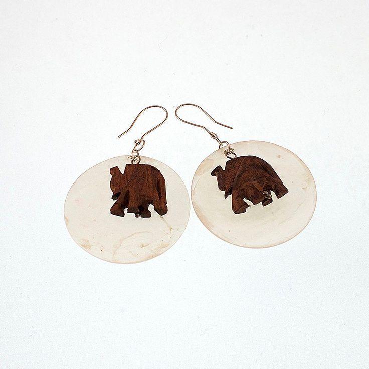 Örhängen med stora vita pärlemorplattor och elefanter via CALAS SMYCKEN. Click on the image to see more!