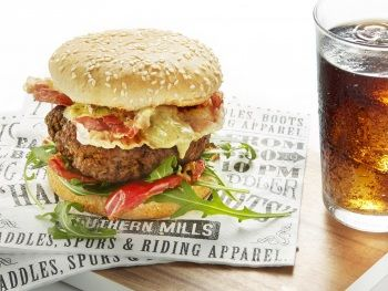 Mediterrane burger met pestodip product foto