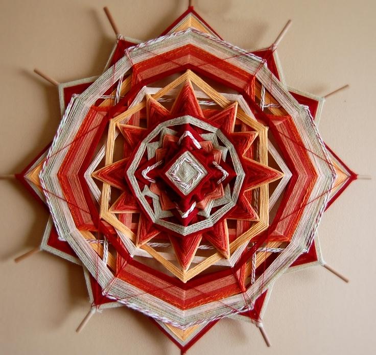 Ojos de Dios - MANDALA de lana  SOL, colores en tonos rojos y naranjas. 12 puntas. 50 centimetros de ancho