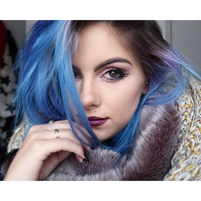 It's that time of year when you gotta start wrapping up warm ❄️ #selfie #bluehair #winter #purplelips #eyemakeup #graphicliner #fauxfreckles