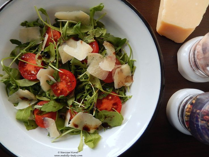 Salata cu rucola, rosii cherry si parmezan.  Arugula, cherry tomatoes and Parmesan cheese salad. So fresh, so tasty, so simple!