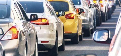 2013 standen Autofahrer durchschnittlich 35 Stunden im Stau. Doch wie und wo entstehen Staus? Was könnte man dagegen tun? Im Magazin schreibt Thorina Lepak über den Zeitfresser im Verkehr.  #ERGODirekt #ERGODirektMagazin #Magazin #Stau #Auto #Verkehr