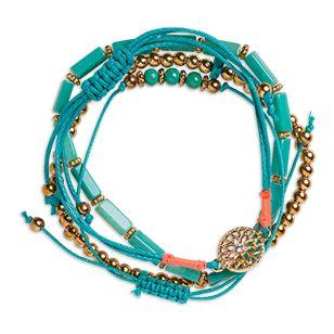 Bohemiska och färgglada armband, alla med olika design och detaljer.<br><br>  - Två elastiska armband med pärlor<br> - Två justerbara trådarmband<br> - Guldfärgade metalldetaljer
